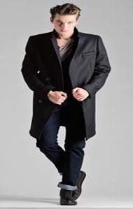 64474da0ee A duplán gomboló zakók, kabátok kifejezetten jól néznek ki magas férfiakon.  Emellett a hosszú kabátok, melyek leérnek éppen a térd alá, ...